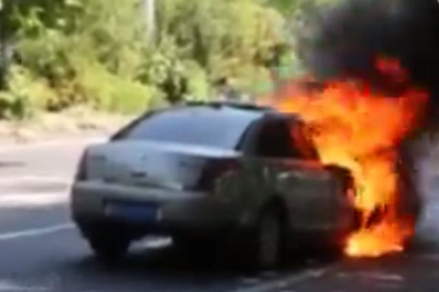 南宁高温盘踞 一天发生三起轿车自燃事故