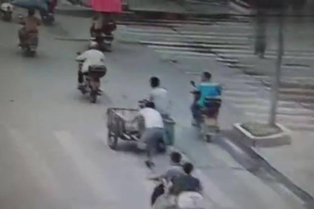 监拍:广西两车剐蹭 司机追赶遭拖行百米