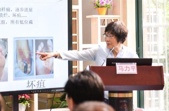 亚洲真人娱乐平台营养学会副理事长马力平教授发表主题演讲
