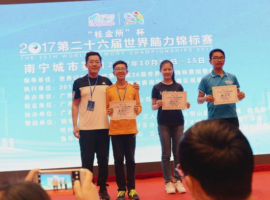桂金所董事长曾小华先生为获奖选手颁奖