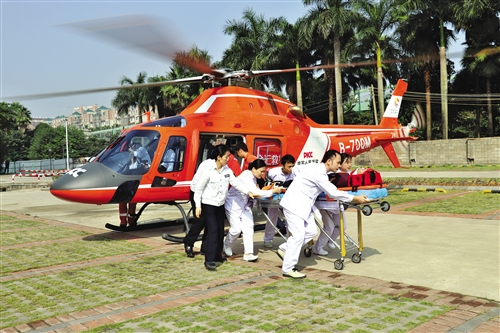 直升机空地对接医疗救援演练现场。 (唐连家 摄)