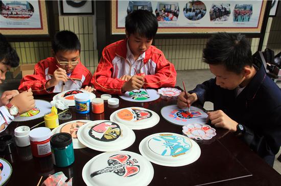 学生在创作脸谱绘画 苏霞/摄