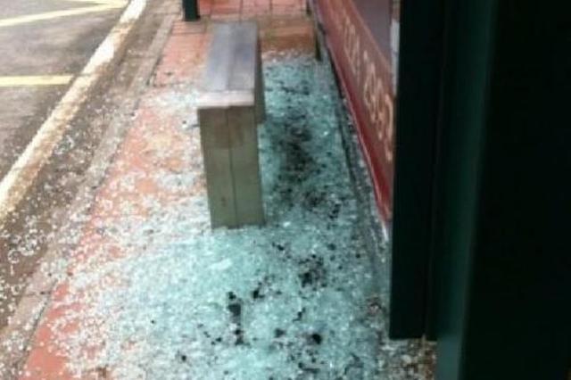 柳州一公交车站广告牌突破碎 候车女子被砸伤头部