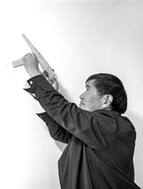 老技师自制木枪打蚊子 百发百中