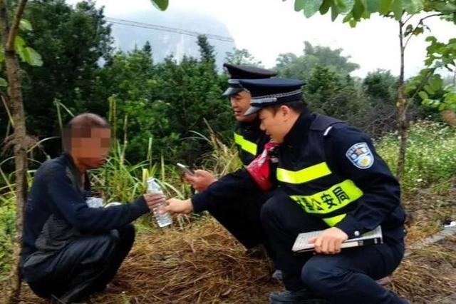 上林:民警暖心救助 兄弟俩失散多年重相聚