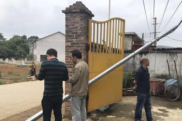 柳州:吊运钢管途中触碰到电线 两男子触电当场身亡