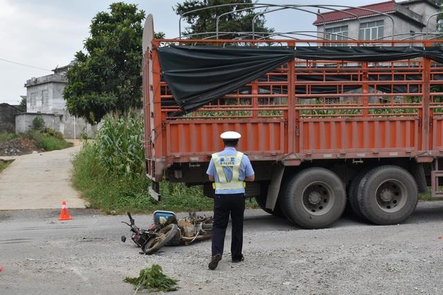 武宣:摩托车和大货车相撞 摩托车手多处骨折和擦伤