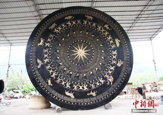 """广西铸造""""世界最大铜鼓"""" 直径近7米重50吨(多图)"""