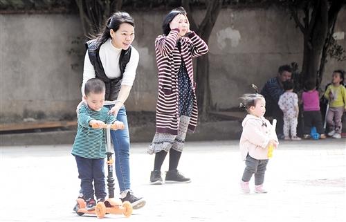 天气变暖了,妈妈们带着孩子到户外晒太阳 本报记者 宋延康 摄