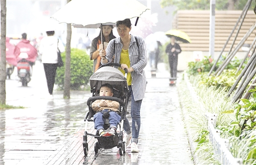 南宁这几天降雨降温,人们穿上外套打起伞