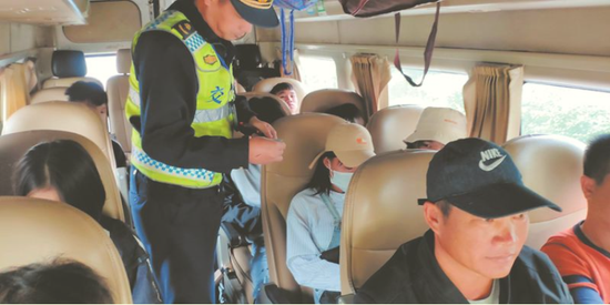 """非法营运的""""17座""""小型客车被查处 (南宁市交通执法支队供图)"""