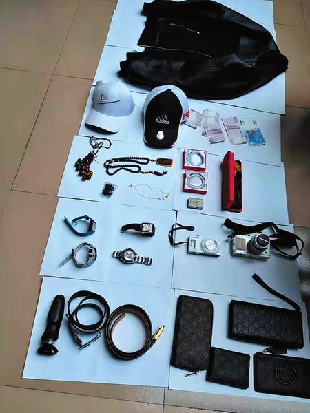 庞某盗窃的物品 本报记者潘国武摄