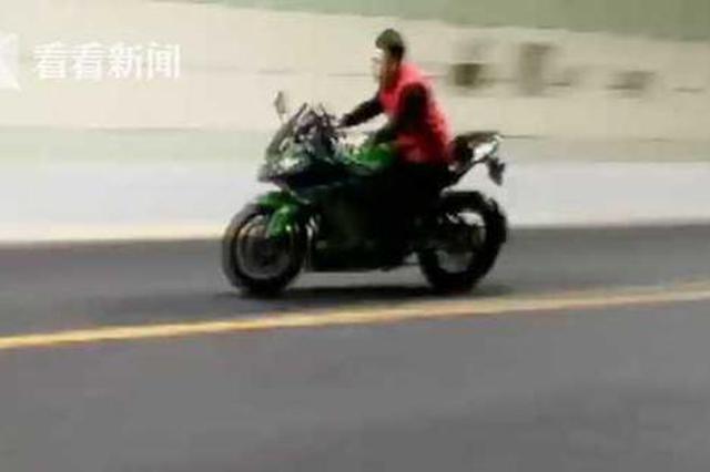 视频|惊险!实拍警方拦截飙车族 摩托车四处逃窜