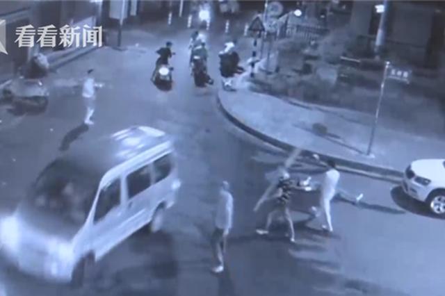 江湖义气?兄弟被群殴 广西男子直接开车撞人