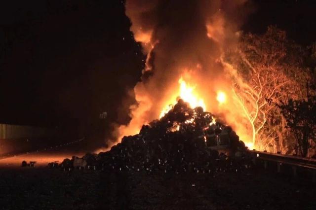 广西一货车高速路上自燃 30万元货物被烧毁(图)