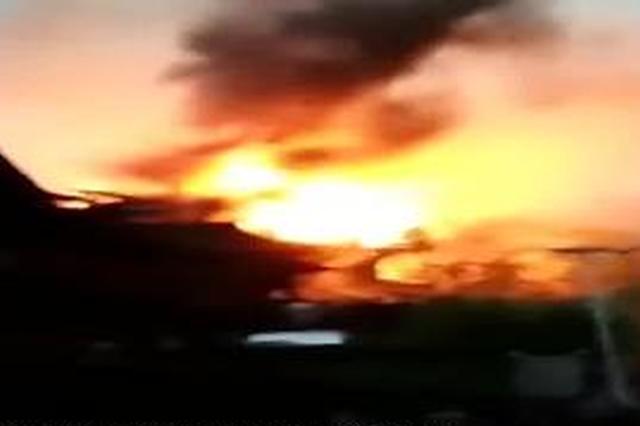柳州一村屯发生大火:连片木制民房被烧 致2死2伤