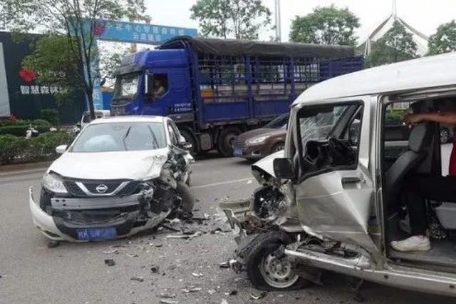 玉林两车面对面相撞 车头严重损毁!一名孕妇受伤