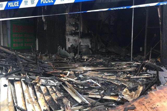 突发!凌晨南宁文化宫对面民宅起火 铺面被烧成废墟