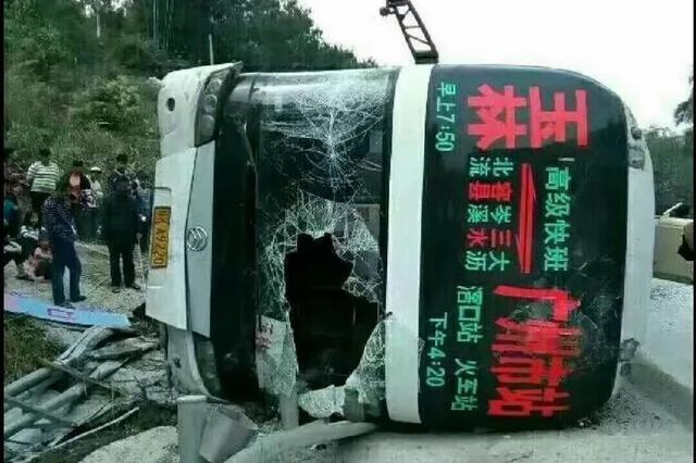 网传玉林一卧铺大巴发生车祸 15死30伤?网