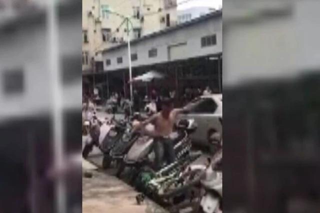 南宁:赤膊男子当街暴打女子 路人劝阻还被扔砖头