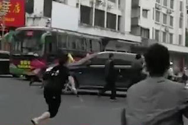 广西00后保安棍打交警 路人上前合力制服(视频)