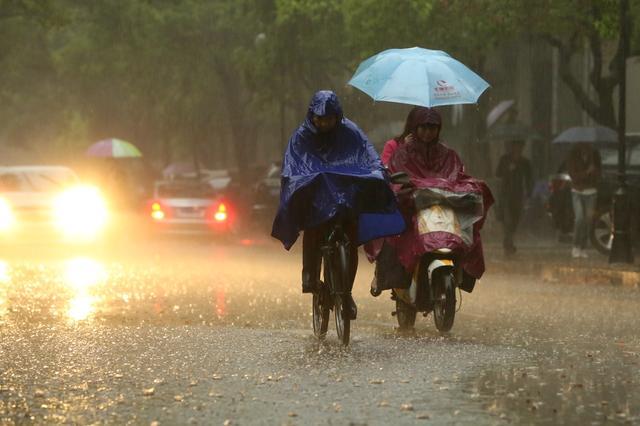 """南宁:老天""""漏水"""" 大雨今日继续出行带好雨具"""