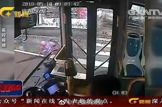 南宁:女子连人带车摔倒 公车司机冒雨扶一把