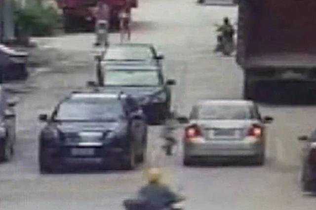 都安一名8岁男孩过马路被车碾伤 监控记录下惊险一幕