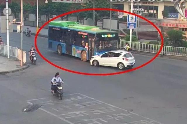 柳州一男子通宵饮酒 驾驶小车撞公交车后逃逸