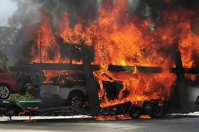 损失惨重!南宁一载满新车的货车自燃 都烧成了空壳