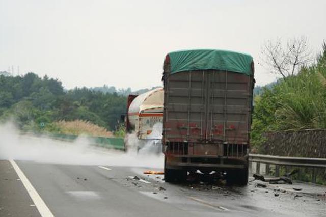 广西两车追尾致危化品泄漏 高速路交通中断超24小时