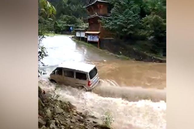 暴雨袭击广西柳州 车辆被冲走村民合力拉车(视频)