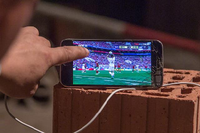 工人看球 为省流量轮流直播!巴西赢了 阿根廷有戏