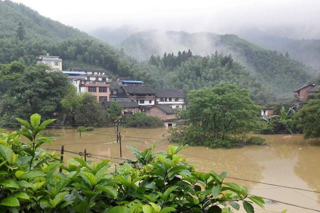 广西融水遭遇强降雨袭击 大部乡镇交通电力通讯中断