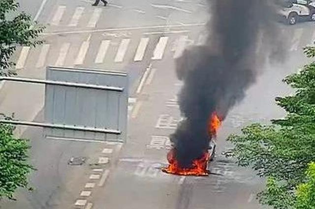 惊险!柳州一小车突然自燃 被烧得只剩下框架