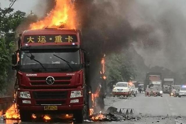 快递货车汕昆高速广西段起火 车上货物几乎全被烧毁