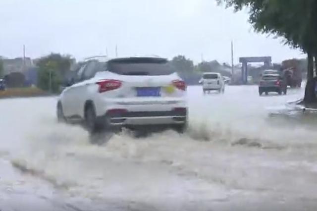 广西贺州遭强降雨袭击 城区多处积水内涝(视频)