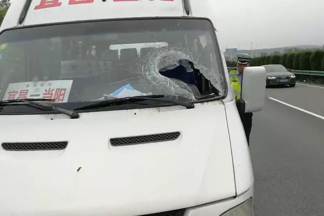 30斤铁片飞来砸穿风挡,受伤司机19秒停车救一车人