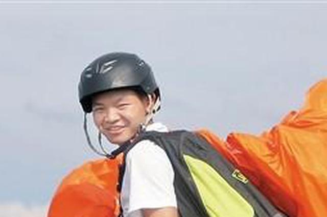 90后小伙办滑翔伞基地圆飞翔梦 带着老父亲飞天