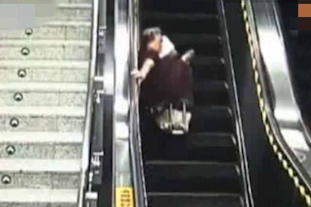广西南宁:七旬老太乘扶梯摔倒 辅警冲上前扶起