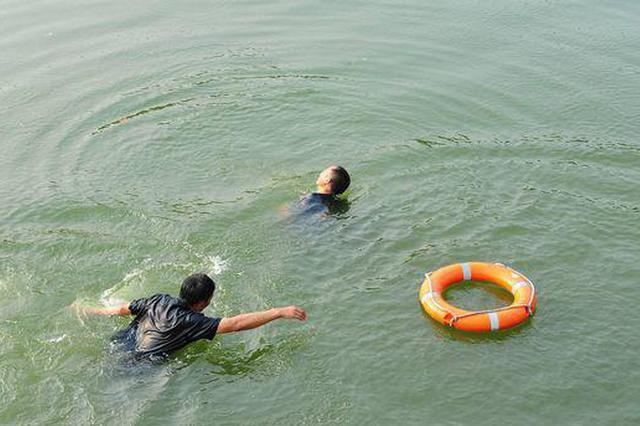 机智!桂林一游客不慎落水 辅警跳水前找了个游泳圈