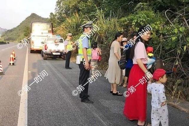 旅游大巴故障被困包茂高速阳朔段 乘客站在应急车道