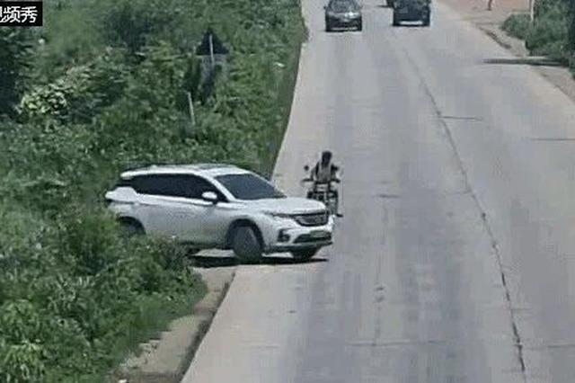广西男子开车看手机被撞飞 路边群众这样做大家点赞
