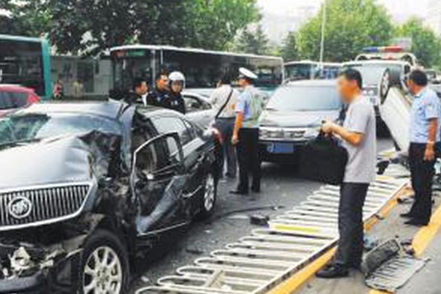 司机砸车撞人还想当着警察面干架 临桂男子被刑拘