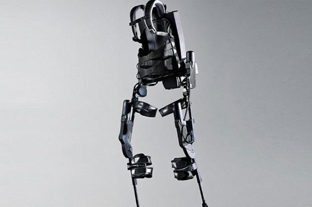 中国自主研发外骨骼机器人 截瘫患者穿上可自如行走