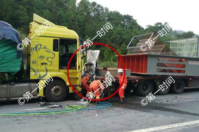 2死1伤!泉南高速灵川段3车追尾 小客车被挤成废铁