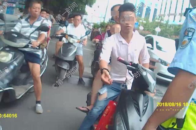 骑无牌摩托车闯禁行路段 桂林男子拿起U型锁冲向交警