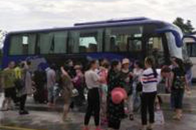 桂林一旅游大巴被困高速公路 车上有19名是小孩