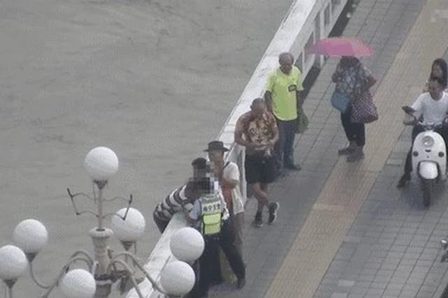 男子在邕江大桥欲跳桥轻生 被南宁交警成功劝下