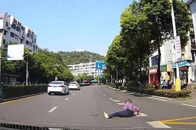 老人倒在机动车道上却没人扶 这对桂林夫妻果断下车